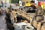 KANÁLY V LEGIONÁŘSKÉ. Ozdoba nové asfaltové silnice vyvolala ironické posměšky. Podle odborníků ale nebyl jiný způsob, jak kanály v náročném terénu umístit.