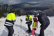Policejní SKI hlídky dohlížely na bezpečnost lyžařů