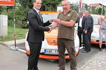 KLÍČKY OD NOVÉHO elektromobilu převzal za Správu KRNAP náměstek Luděk Khol.