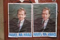V Trutnově se objevily plakáty Havel na Hrad ze sametové revoluce v roce 1989.