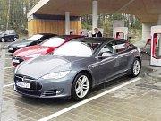 Elektromobil Tesla u nabíjecí stanice v Humpolci na D1.