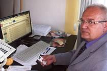 HLASOVACÍ ZAŘÍZENÍ vybalil a předvedl tajemník turnovské radnice Miroslav Šmiraus.