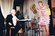 NA PÓDIU KULTURNÍHO DOMU v Levínské Olešnici se představila plejáda slavných českých herců, například Gabriela Vránová, Petr Štěpánek a Milena Steinmasslová.
