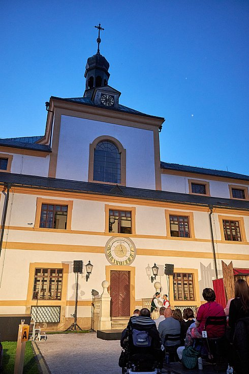 Prostředí barokního areálu hospitálu Kuks se proměnilo v jeviště muzikálu Noc na Karlštejně.