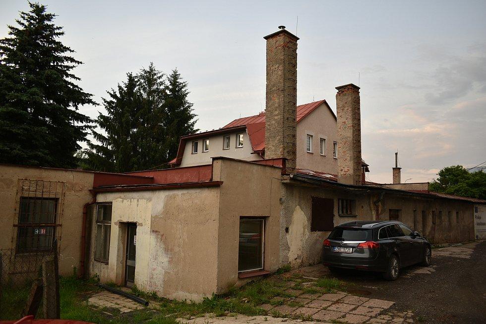 Místo bývalé školní jídelny postaví Pilníkov bytový dům.