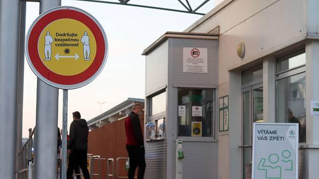 Továrna automobilky Škoda ve Vrchlabí obnovila provoz v pondělí v 6 hodin ráno. Zaměstnanci dostali příděl roušek, pracoviště jsou vybavena dezinfekcí a zároveň všechny prostory se častěji čistí.