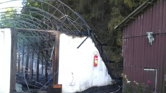 Stáj v Jívce na Trutnovsku lehla popelem.