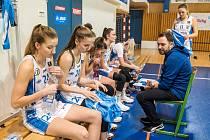 Trenér Michal Martišek má mladým hráčkám neustále co říct.