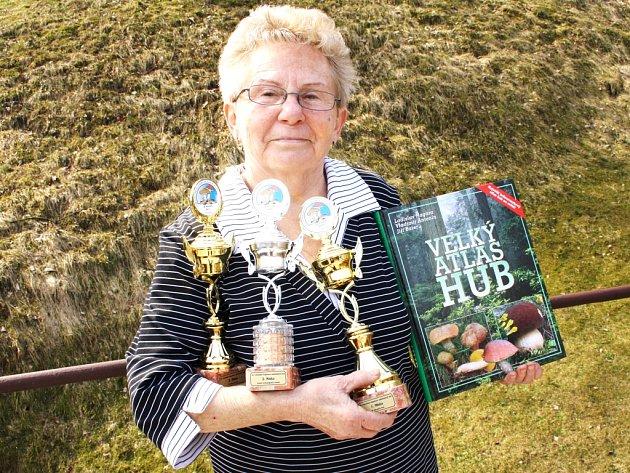 VÍTĚZNÉ POHÁRY v náruči Marie Pospíšilové, spolu s vyhraným houbařským atlasem.