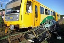 V těsné blízkosti vlakové zastávky Karlovice-Sedmihorky došlo ke střetu vlaku a osobního automobilu