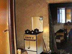 Muž usnul s cigaretou na pohovce a způsobil požár domu