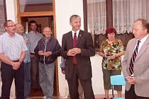 V ZAHRADĚ bývalé školy v Mukařově předali oficiálně nový vodovod místním občanům (zprava) Milan Hejduk (VHS Turnov), Milan Podzimek (LK) a Lubomír Dvořák ze stejnojmenné stavební firmy v Havlíčkově Brodu.