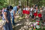 Pietní akce připomněly osudy lidí, kteří přes nebezpečí a hrozbu smrti neváhali podat pomocnou ruku parašutistovi a radistovi ze skupiny Silver A Jiřímu Potůčkovi.