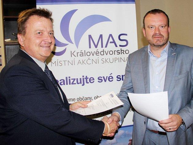 VZNIK POLYTECHNICKÉ UČEBNY podpořil ředitel Střední školy informatiky a služeb Petr Vojtěch (vlevo) a ředitel budoucího závodu firmy Karsit ve Dvoře Králové Jan Kříž.