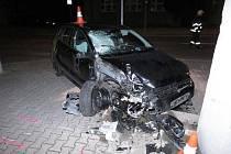 Devatenáctiletá dívka rozsekala auto, neměla řidičák, ale jeden a půl promile