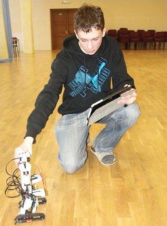 TABLET AROBOT. Tablety využívají studenti ikprogramování robotů vkybernetickém kroužku.