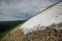 Pracovníci Správy KRNAP naměřili 29. června 2021 na sněhovém poli Mapa republiky v Krkonoších výšku sněhové pokrývky 2,5 metru.