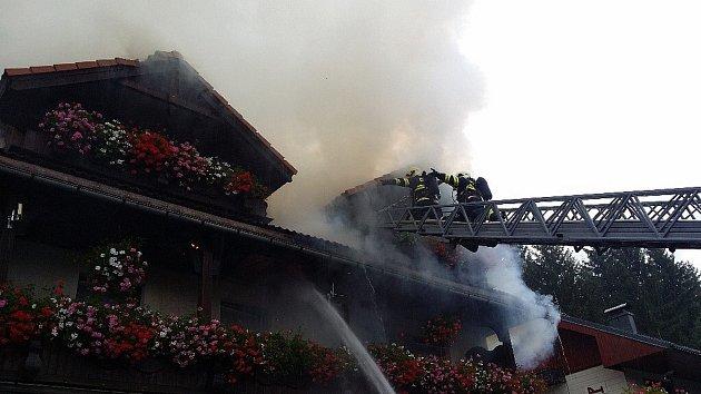 Plameny a valící se dým ze střechy jednoho z penzionů v Harrachově hasilo dnes 6. září po třetí hodině odpoledne šest jednotek profesionálních a dobrovolných hasičů.