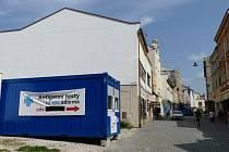 Ve Dvoře Králové nad Labem nedaleko náměstí T. G. Masaryka vzniklo nové odběrové místo pro antigenní testování.