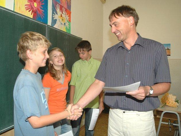 Ve třídě 1. Y Gymnázia Trutnov dosáhlo průměru do 1, 5 dvacet ze čtyřiadvaceti žáků. Na fotografii předává vysvědčení třídní učitel Jiří Zákoucký  Danielu Jirsovi, Kristýně Kultové a Davidu Rosenbergovi.