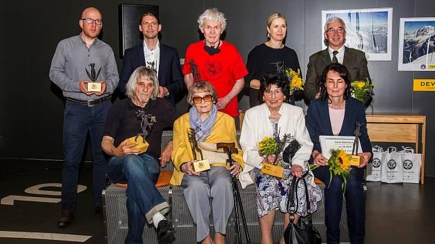 Shora a zleva: Petr Jüptner, Radek Hanuš, Radko Tásler, Martina Klepšová, Andrzej Raj. Sedící: Jiří Sehnal, Růžena Štěpánková, Eva Kalášová a Renata Haisová.