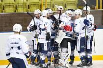 TŘASKAVÝ SOUBOJ mezi hokejisty Trutnova a Nové Paky nabídl řadu zajímavých momentů. Domácí vyhráli 4:3 po prodloužení a vyrovnali tak bilanci vzájemných soubojů z této sezony.