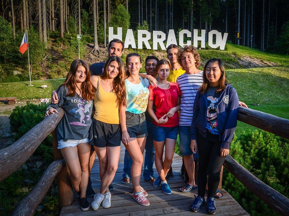 Do Harrachova se sjíždějí dobrovolníci z celého světa.