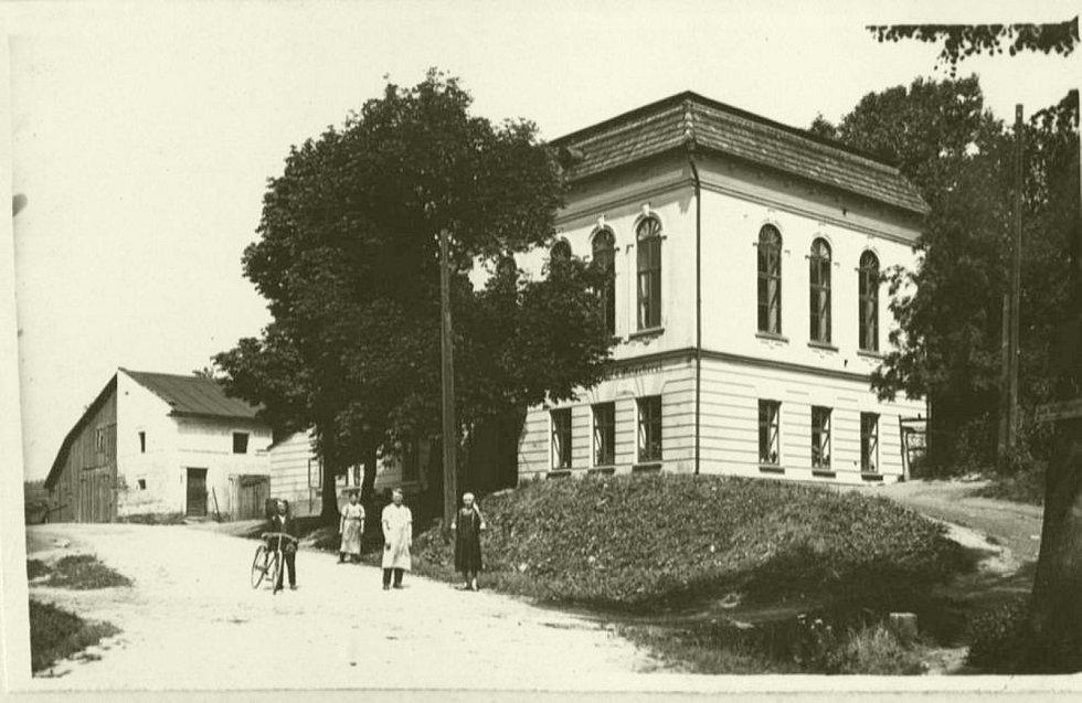 Architekt Jiří Kučera se snaží vrátit původní podobu domu č.p. 132 v Rudníku, který sousedí s pivovarem a před válkou býval hostincem s výstavním tanečním sálem.