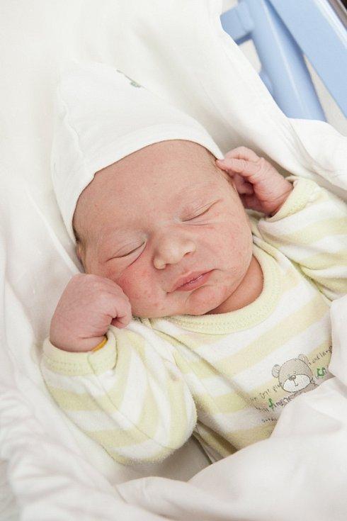 JAROSLAV TĚHNÍK se narodil 3. listopadu v 17.08 hodin mamince Barboře a tatínkovi Petrovi. Vážil 3,22 kilogramu a měřil 48 centimetrů. Společný domov mají v Přepeřích.