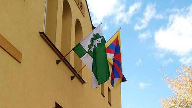 TIBET VEDLE DUBENCE. Obecní úřad v Dubenci zdobí od poloviny týdne vedle místní také vlajka Tibetu.