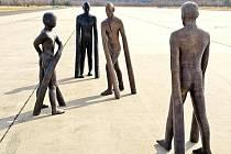 SOUBOR SOCH pod názvem Hráči Michala Gabriela obdivovali diváci i při brněnské akci Sochy do ulic. Od léta do podzimu by sochy v bronzové verzi měly být umístěny na trutnovské promenádě.
