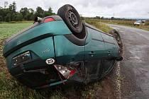 Podle prozatímního zjištění policistů vyšetřujících dopravní nehodu, měl být poškozený řidič vozuFord Focus z komunikace vytlačen terénním vozidlem typu Mitsubishi Pajero nebo Suzuki Samurai a skončil na střeše vedle vozovky. Foto: Policie ČR