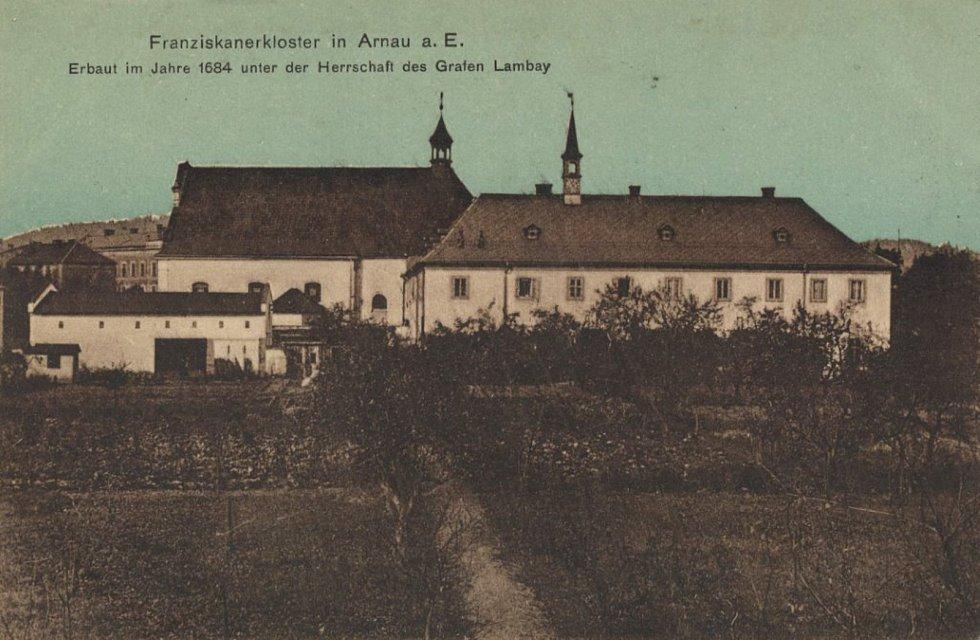 Františkánský klášter na pohlednici z doby kolemroku 1900.
