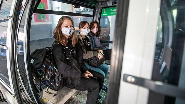 Do lanovky s rouškou. Při jízdě na na Černou horu v Krkonoších je nutné dodržet hygienická opatření.
