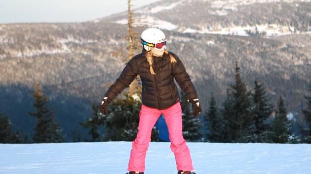 ZIMNÍ SEZONA se rozjíždí, lidé mohou vyrazit do krkonošských skiareálů na lyže i snowboardy.