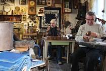 VŮNĚ TRADICE. Královédvorská řemeslná dílna Milana Bartoše jakoby se zastavila v čase. K vidění jsou tu tradiční nástroje a především i ruční vzorkorytecká práce.