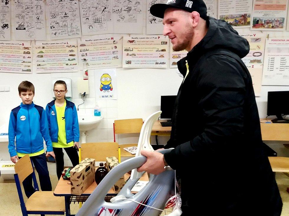 """Olympijský vítěz v judu Lukáš Krpálek školákům v Peci pod Sněžkou přiznal, že nebyl úplně dobrý žák. """"Spíš takový lajdavější. Doufám, že budete lepší,"""" řekl."""