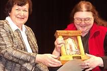PUTOVNÍ CENU, Turnovský drahokam, předává na snímku vlevo člence turnovského divadélka Na židli náměstkyně libereckého hejtmana, Hana Maierová.