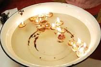 MEZI TRADIČNÍ  VÁNOČNÍ ZVYKY, které vydržely až do dnešních dní, patří pouštění skořápek se svíčkami.