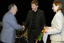 Richard Ducháč (vlevo), komentátor Jaromír Bosák a starostka Úpice Iljana Beránková.