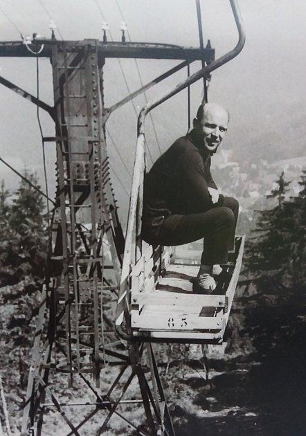TAKHLE JEZDIL Vladimír Odl do práce, vbedně na zavazadla (foto zroku 1966), ze Svatého Petra na horní stanici na Pláň.