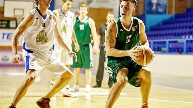 Vlevo Matěj Malý, basketbalista trutnovské Kary.