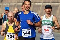 VÍTĚZOVÉ. Ačkoliv je v tuto chvíli na čele Jiří Václavík (st. číslo 148), v cíli půlmaratonu skončil druhý za Lubošem Mikyskou (101). Nejlepším maratoncem se pak stal Radek Brunner (94).