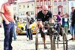 REZAVÝ ŠLAPOHYB mezi nablýskanými automobilovými veterány. I o tom byla sobotní přehlídka ve Dvoře Králové.