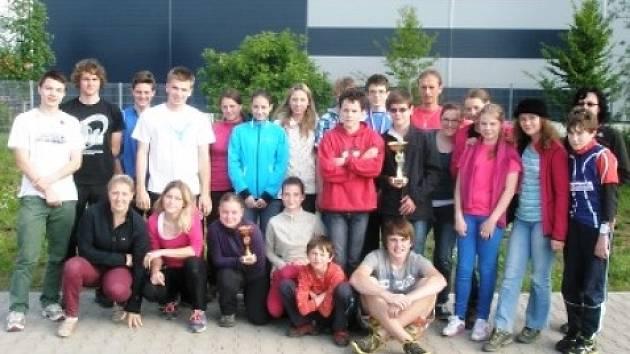 ÚSPĚŠNÁ VÝPRAVA orientačních běžců z turnovského gymnázia uspěla na republikovém finále, kde získala první a třetí místo v konkurenci žáků z celé České republiky.