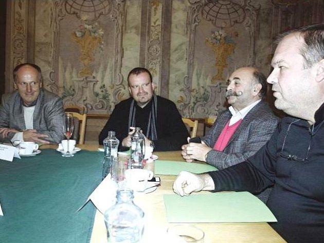 ZÁSTUPCI MĚSTA DVORA KRÁLOVÉ, zleva Jan Kříž, Vasilis Teodoridis a Nasik Kiriakovský patřili na setkání ve Žďáru mezi nejaktivnější diskutující.