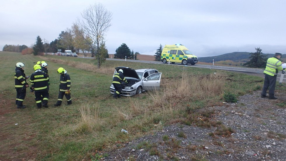 Po střetu dvou aut jsou zranění tři lidé.