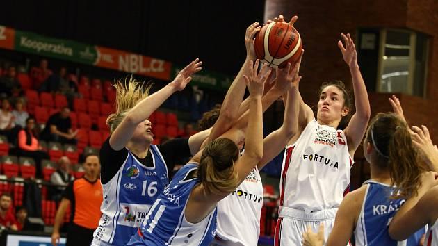 Trutnovské basketbalistky sehrály na nymburské palubovce vyrovnanou partii. Jejich nejlepší střelkyní byla Anna Rylichová (vlevo, č. 16).
