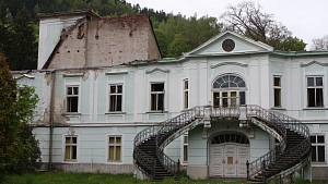 Vyhořelý zámek v Horním Maršově