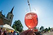 Francouzský den v Chotěvicích byl provoněný levandulí, vínem, sýry. Výjimečně byl otevřený kostel.